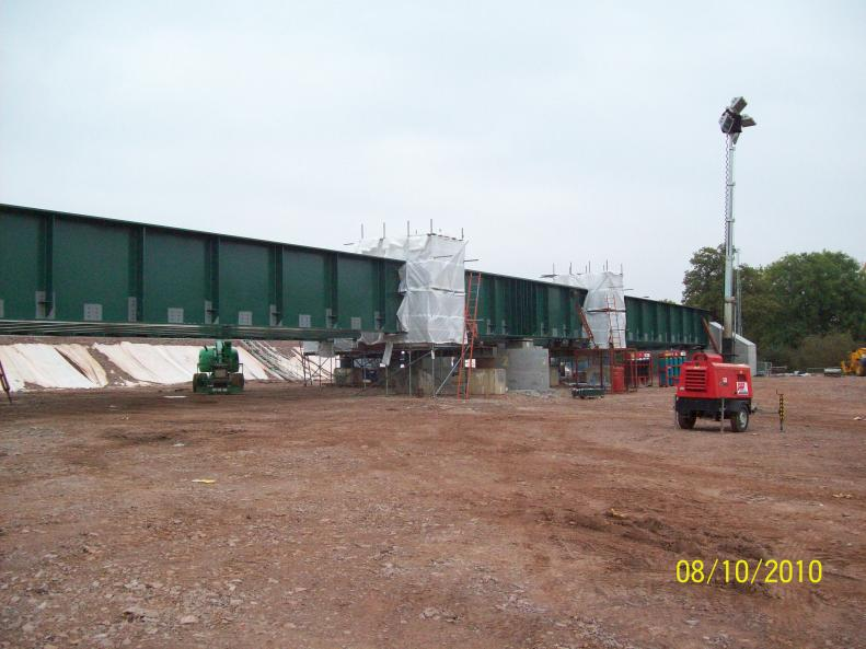 Welding screens installed at the four connection points.